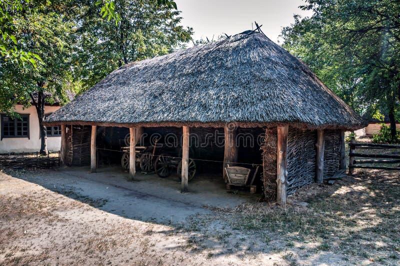 Chariots en bois à l'intérieur de la vieille grange photographie stock libre de droits