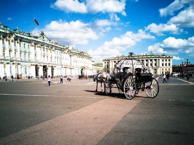 Chariots hippomobiles, place de palais photographie stock