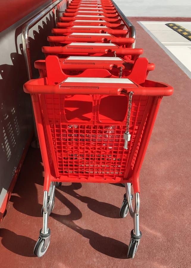 Chariots rouges d'épicerie dans le supermarché images libres de droits