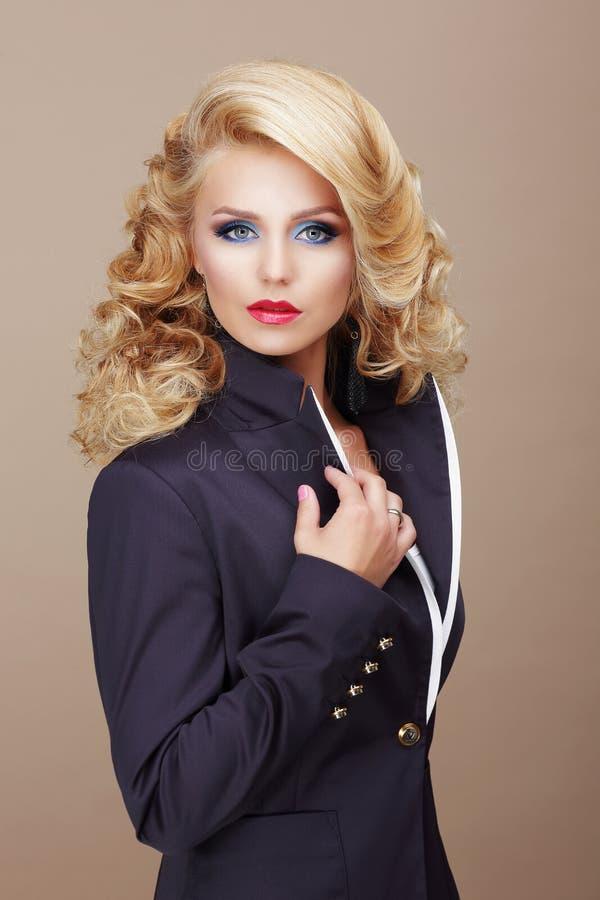 charisma Sachliche Frauen-Blondine in der blauen Klage lizenzfreies stockfoto