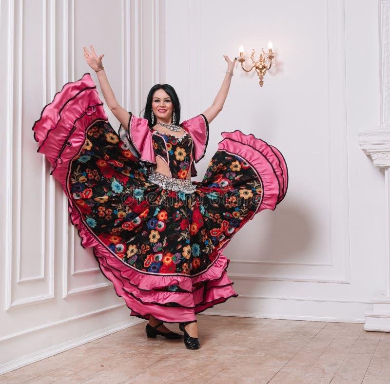 Charismatic Gypsy faz uma dança popular foto com uma cópia do espaço imagens de stock