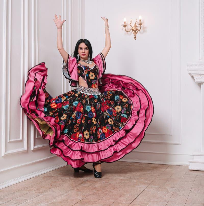 Charismatic Gypsy faz uma dança popular foto com uma cópia do espaço imagens de stock royalty free