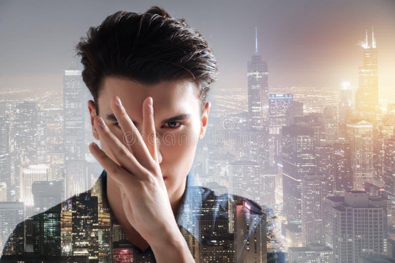 Charismatisch model die vingers voor zijn gezicht houden royalty-vrije stock foto