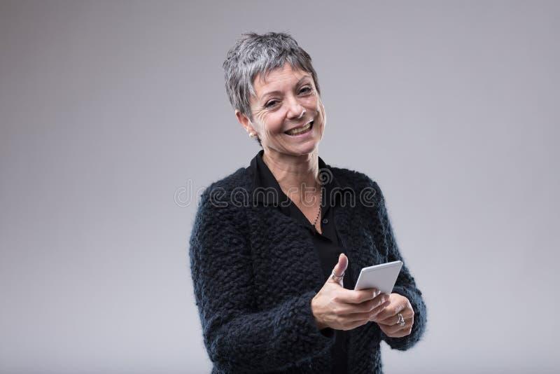 Charismatische ältere Frau mit einem süßen Lächeln stockfotos
