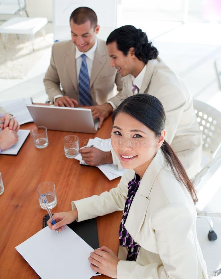 Charismatische bedrijfsmensen in een vergadering royalty-vrije stock fotografie