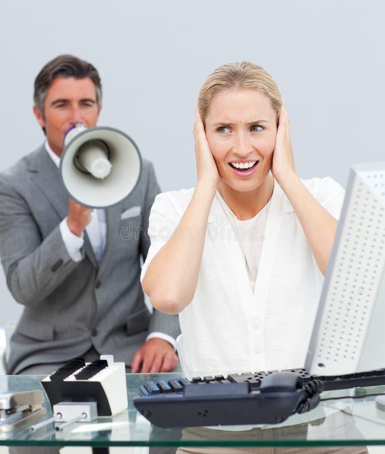 Charismatischer Manager, der durch ein Megaphon kreischt lizenzfreies stockfoto