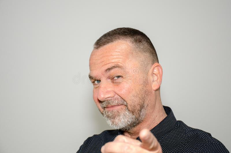 Charismatischer Mann von mittlerem Alter, der einen Finger zeigt lizenzfreie stockfotos