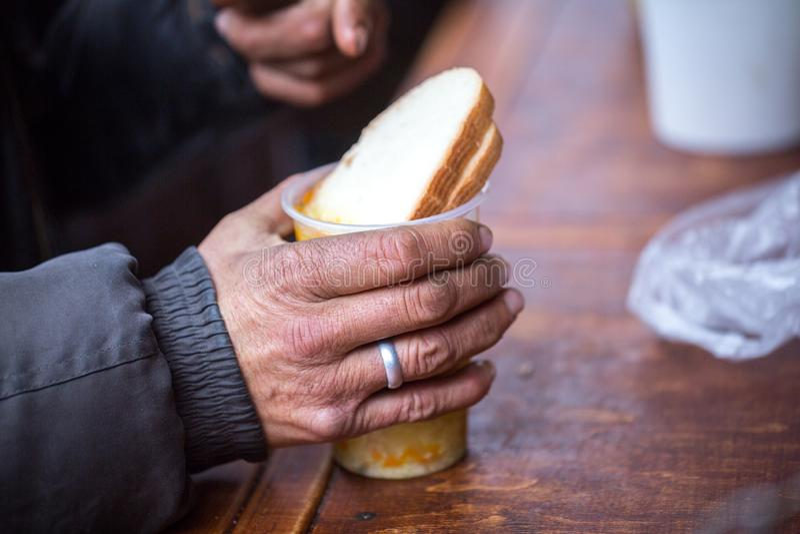 charity A luta contra a pobreza Os voluntários distribuíram refeições quentes aos povos na necessidade Dia de inverno frio imagem de stock