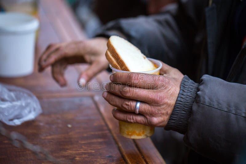 charity A luta contra a pobreza Os voluntários distribuíram refeições quentes aos povos na necessidade Dia de inverno frio foto de stock royalty free