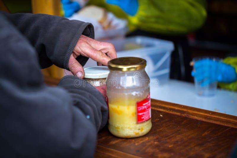 charity A luta contra a pobreza Os voluntários distribuíram refeições quentes aos povos na necessidade Dia de inverno frio na cid foto de stock royalty free