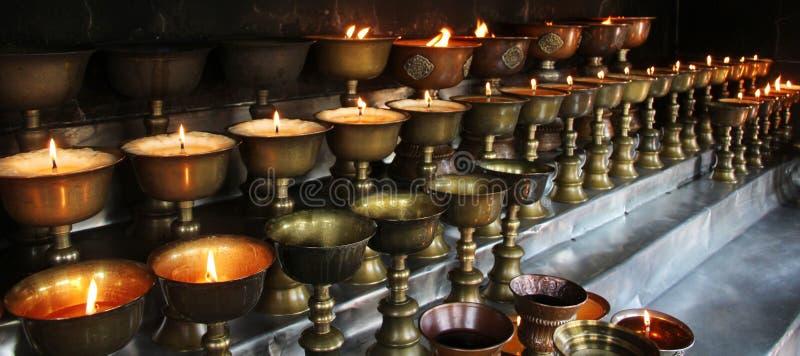 charity Rezando velas em um monastério em Butão imagens de stock