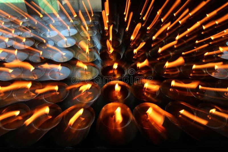 charity Rezando velas em um monastério em Butão foto de stock