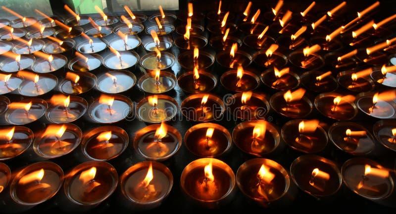 charity Rezando velas em um monastério em Butão fotografia de stock royalty free