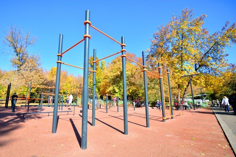 Charków, Ukraina - 2 października 2019 r.: Uliczny plac zabaw w parku miejskim fotografia stock