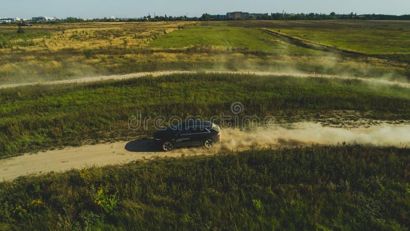 Charkiw, Ukraine - 09 22 18: Weg von der Stra?enprobefahrt af ein Neuwagen Audi von einem Berufsrennl?ufer stockfotos