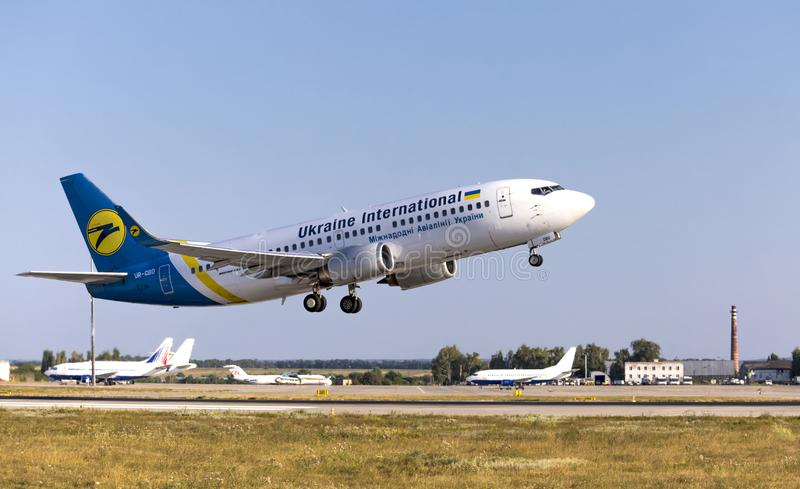 Charkow/Ukraine - 19. August 2018: Boeing 737-36Q UR-GBD von Ukraine International Airlines startet in Kharkov Airport lizenzfreies stockfoto