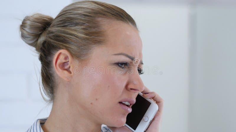 Charla de la llamada de teléfono, cierre de la cara de la mujer para arriba imagenes de archivo