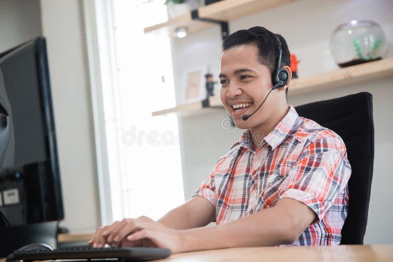 Charla de servicio del márketing tele asiático vía el teléfono foto de archivo