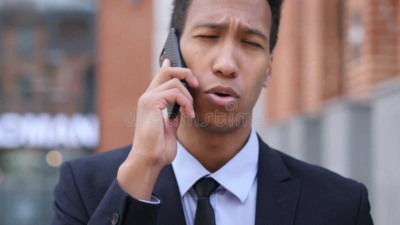 Charla del teléfono, hombre de negocios africano Attending Call fotos de archivo