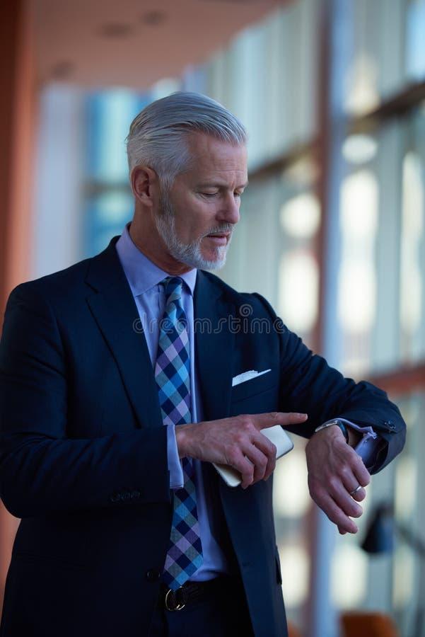 Charla mayor del hombre de negocios sobre el teléfono móvil fotos de archivo