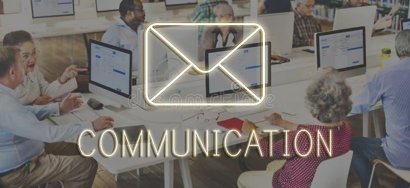Charla social de la red del mensaje que manda un SMS a concepto gráfico fotos de archivo