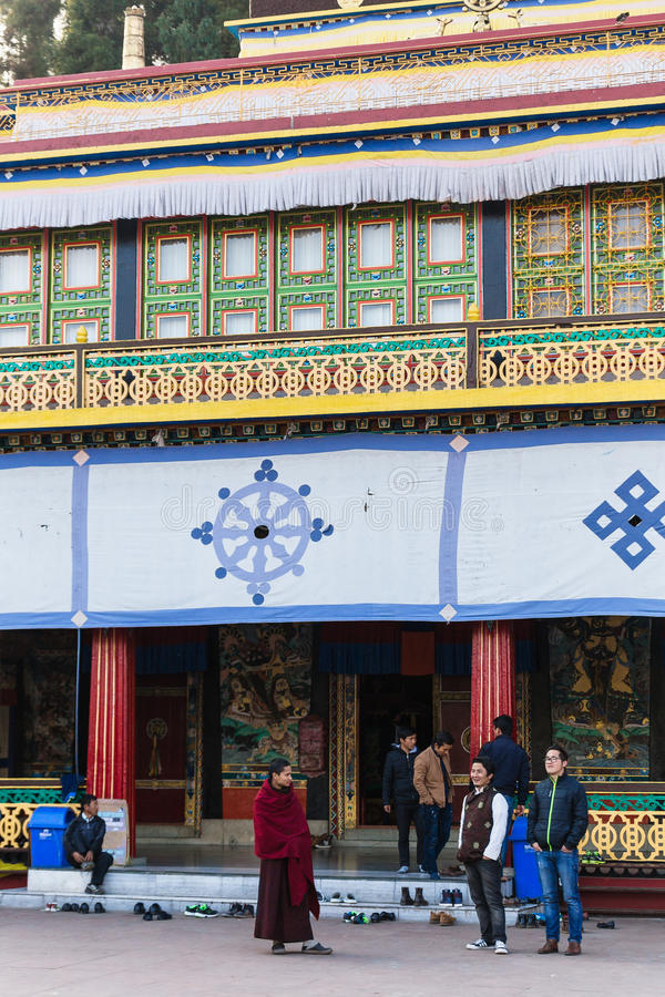 Charla turística con el monje tibetano delante del monasterio de Rumtek en invierno cerca de Gangtok Sikkim, la India imagenes de archivo