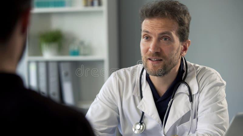 Charlatão que fala com o paciente sobre o diagnóstico falsificado e suplementos de prescrição imagens de stock royalty free
