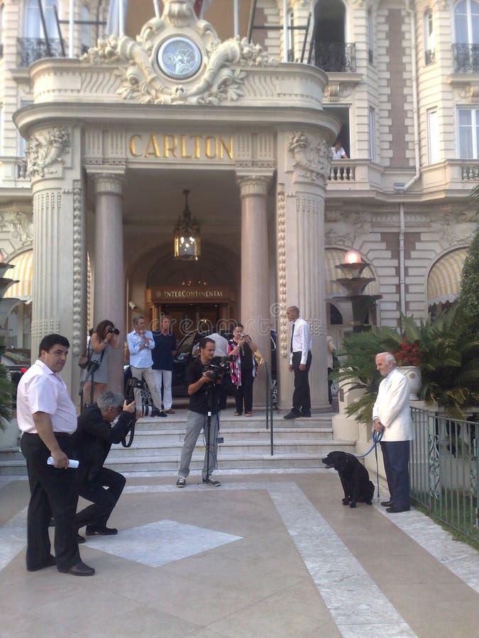 Charles Aznavour et chien photos libres de droits