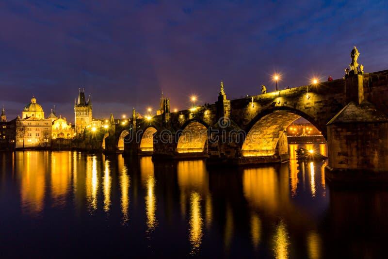 Charles-Brücke, Moldau-Fluss, wenig Stadt, Prag-Schloss, Prag (UNESCO), Tschechische Republik stockbilder