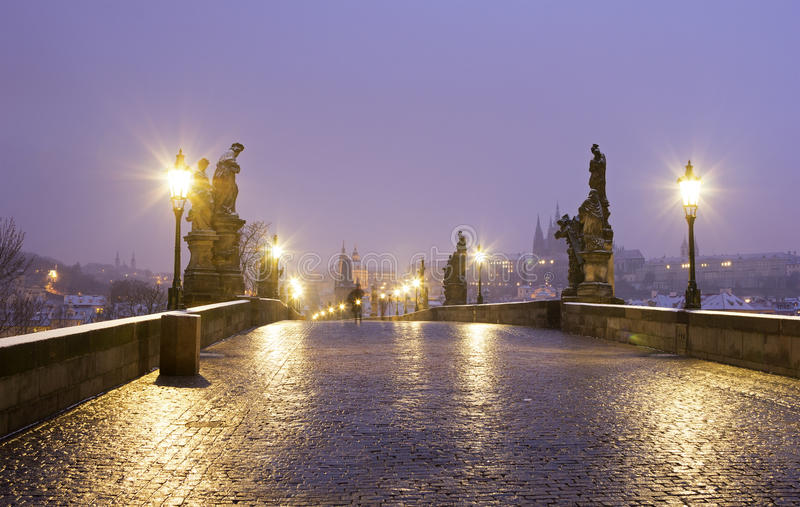 Charles-Brücke in Prag an der Dämmerung lizenzfreies stockfoto