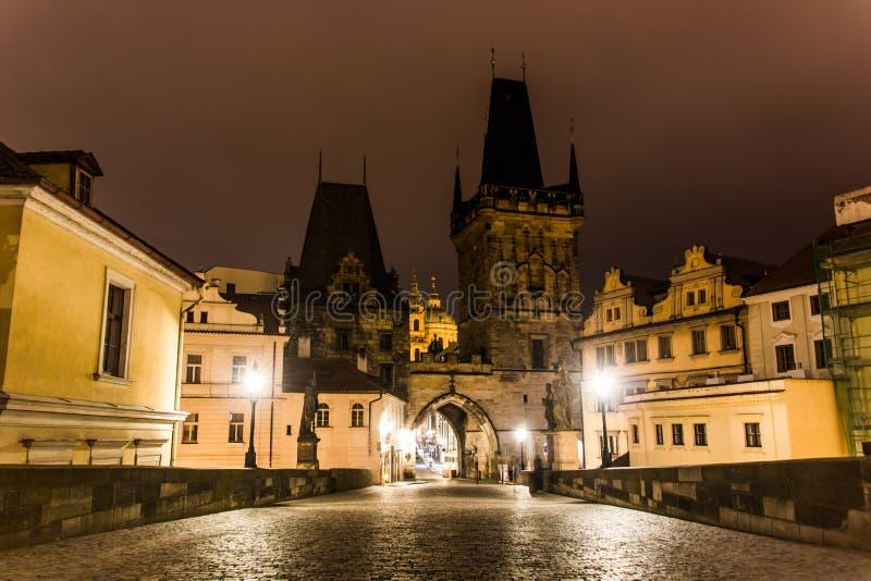 Charles-Brücke in Prag mit Laternen nachts stockbild