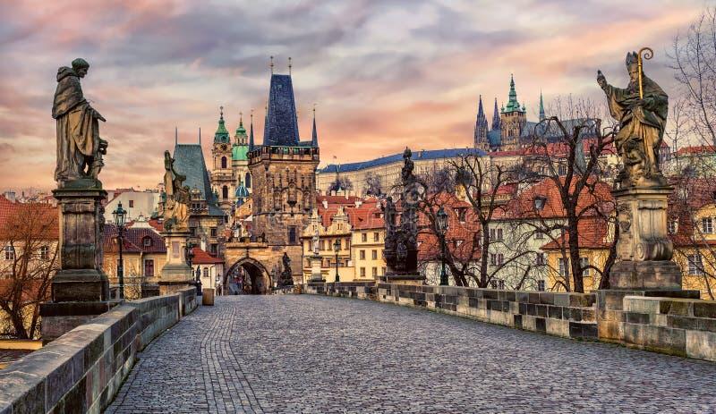 Charles-Brücke und Prag-Schloss auf Sonnenuntergang, Tschechische Republik stockbilder