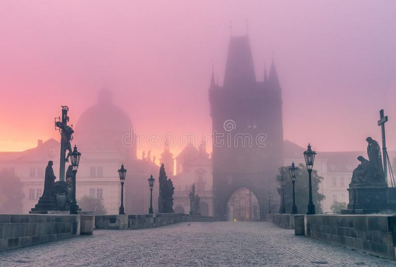 Charles Bridge à Prague au crépuscule au matin en brouillard photos stock