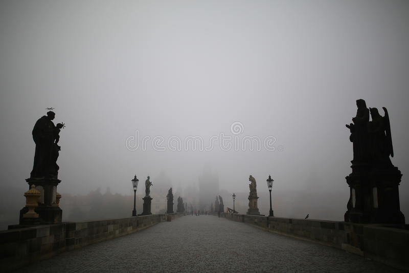 Charles Bridge à Prague au matin brumeux image stock