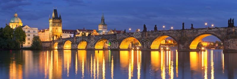 Charles Bridge à Prague, République Tchèque la nuit photographie stock