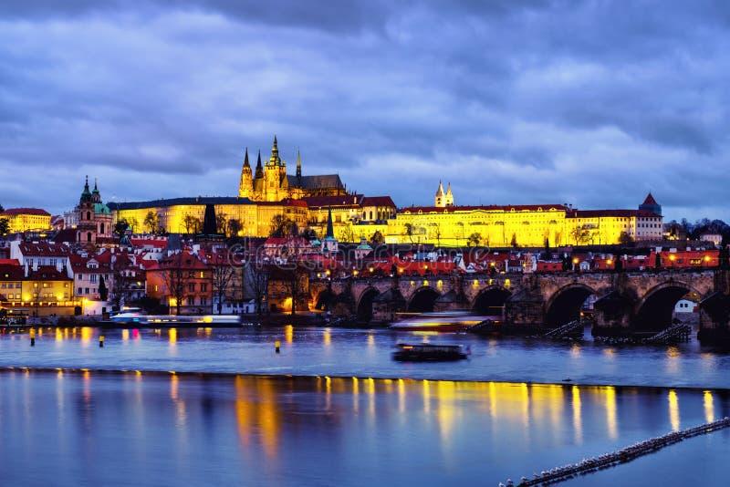 Charles Bridge über die Moldau-Fluss in Prag, Tschechische Republik nachts lizenzfreies stockfoto