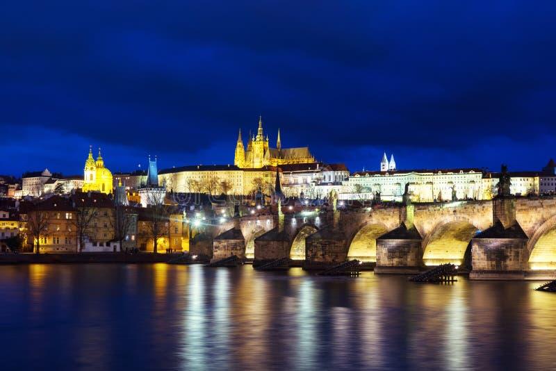 Charles Bridge über die Moldau-Fluss in Prag, Tschechische Republik nachts lizenzfreie stockbilder