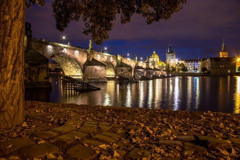 Charles Bridge alla notte in autunno fotografia stock