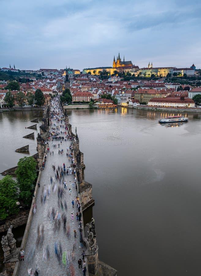Charles Bridge após o por do sol, Praga foto de stock