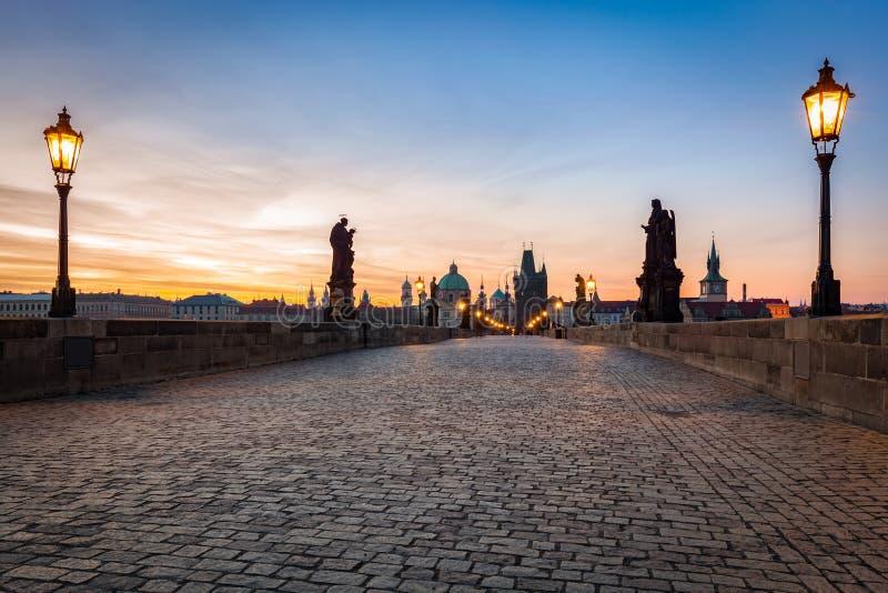Charles Bridge au lever de soleil, Prague, République Tchèque Statues dramatiques et tours médiévales photos stock