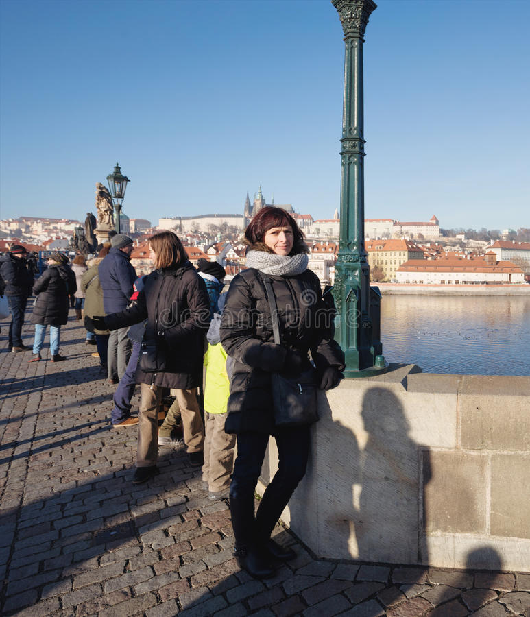 Charles Bridge avec la foule du touriste photos stock