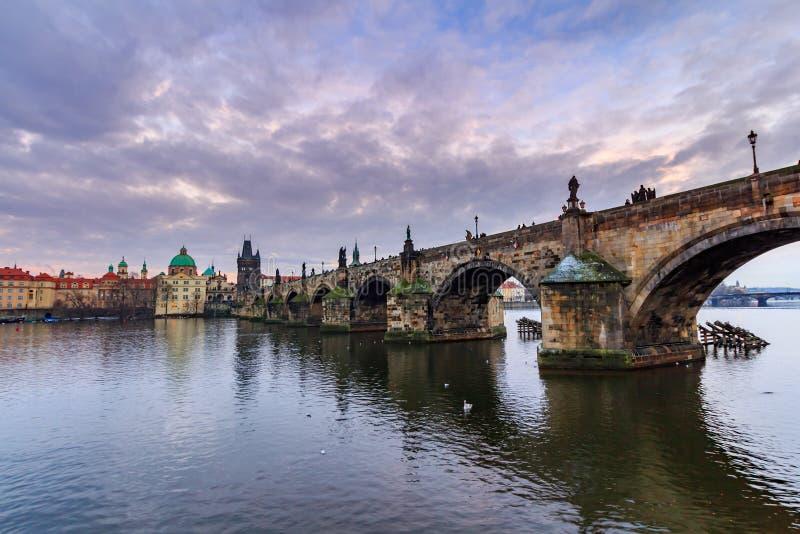 Charles Bridge (Checo: Karluv) es más un puente histórico famoso en Praga, República Checa fotografía de archivo