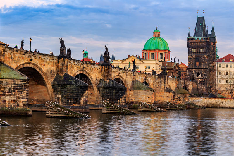 Charles Bridge (Checo: Karluv mais) é uma ponte histórica famosa em Praga, República Checa imagem de stock royalty free