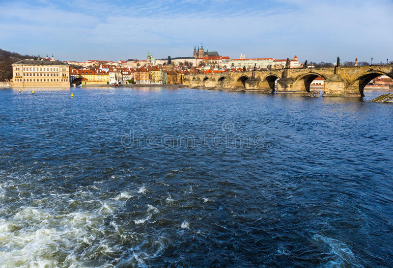 Charles Bridge con el castillo de Praga en el fondo fotos de archivo