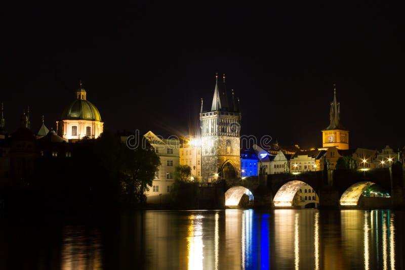 Charles Bridge e rio Vltava imagem de stock