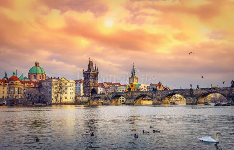 Charles Bridge e torre famosos, Praga, República Checa foto de stock royalty free
