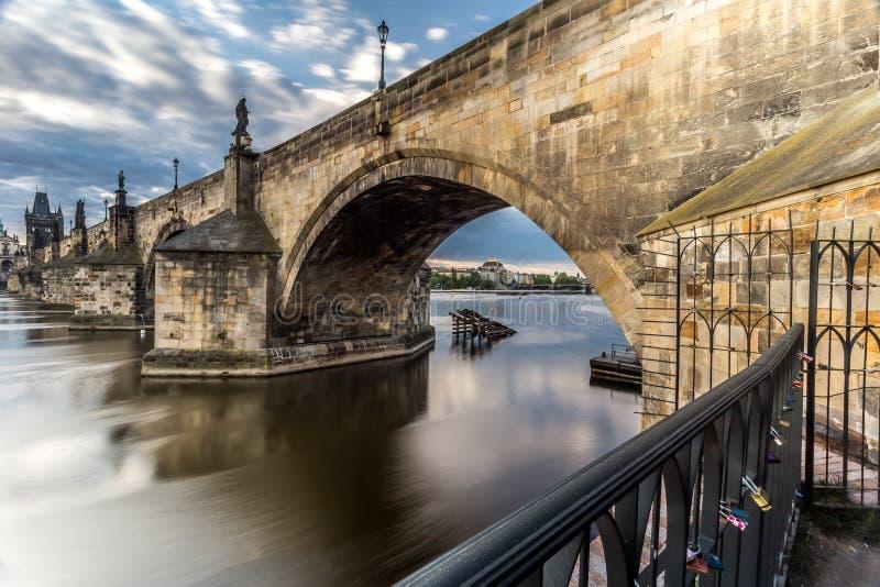 Charles Bridge e una vista di Città Vecchia fotografie stock