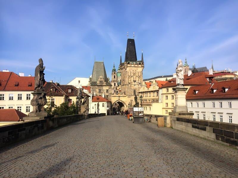 Charles Bridge, edificios en el terraplén y la torre del puente praga checo foto de archivo libre de regalías