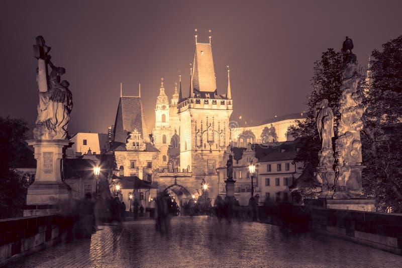 Charles Bridge em Praga na noite - cores do vintage fotografia de stock
