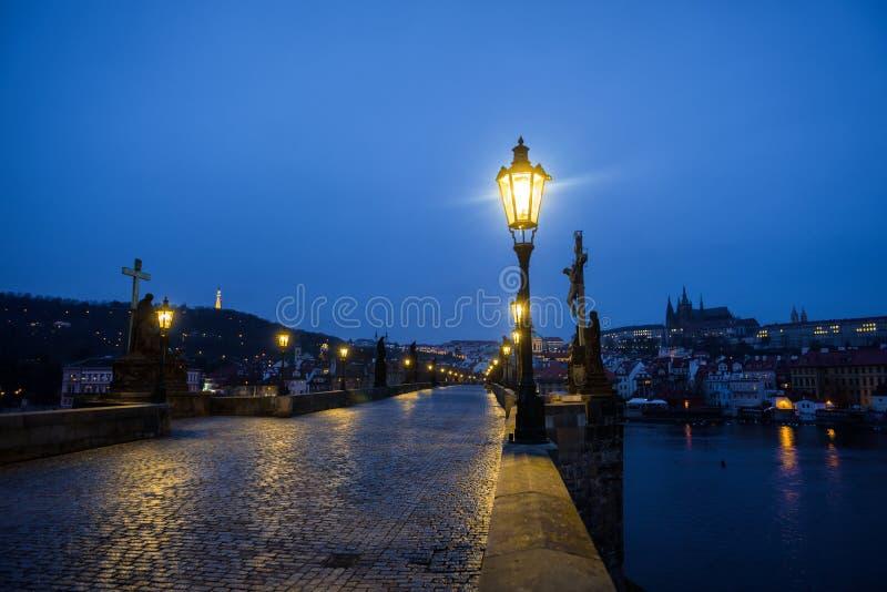 Charles Bridge em Praga no alvorecer República Checa foto de stock